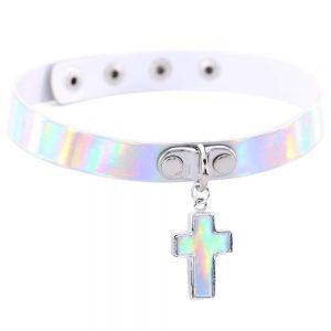 Un collier ras de cou holographique croix réglable