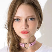 Femme portant un collier sautoir choker