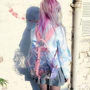 Femme portant un sac à dos translucide
