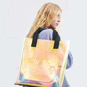 Femme tenant un tote bag transparent